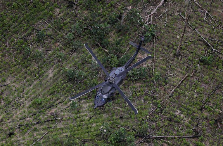 Een anti-narcoticahelikopter vliegt over een coca-veld in Calamar in Colombia.