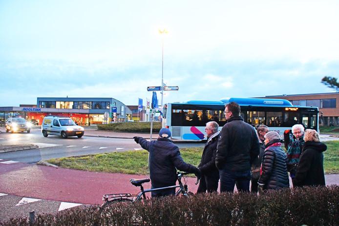 De bewoners bekijken met de verkeersdeskundige van de gemeente de rotonde aan de oostkant van Leuth.