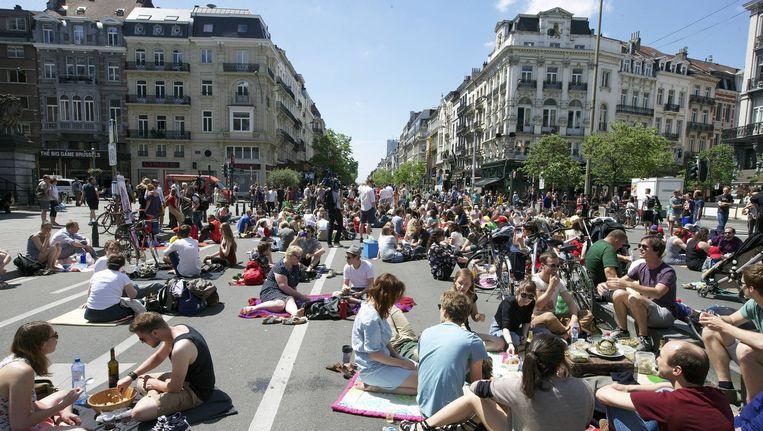 De Anspachlaan in juni van dit jaar. De inwoners van Burssel nemen de ruimte in het centrum in voor een picknick. Beeld Nicolas Maeterlinck/ Belga
