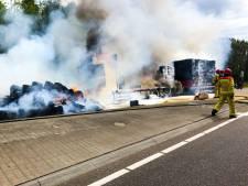 Vrachtwagen vol hooibalen in brand op N279 bij Ommel: brandweer schaalt op