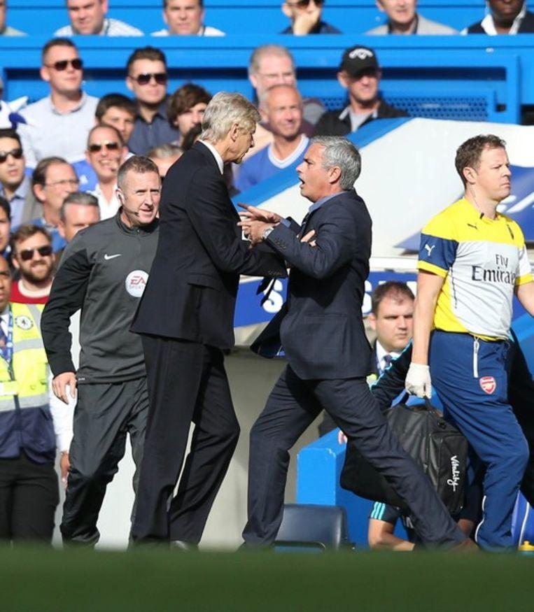 Wenger duwt Mourinho.
