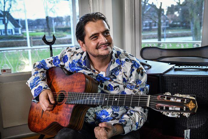 Jimmy Rosenberg in januari  bij muziekzaak Fellowship of Acoustics in Dedemsvaart.