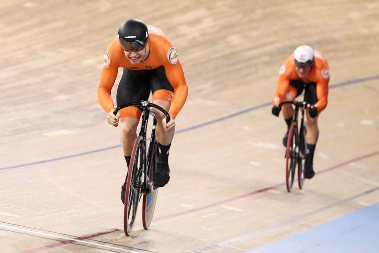 Harrie Lavreysen komt als eerste over de meet in de sprintfinale tegen Jeffrey Hoogland.  Beeld Getty Images