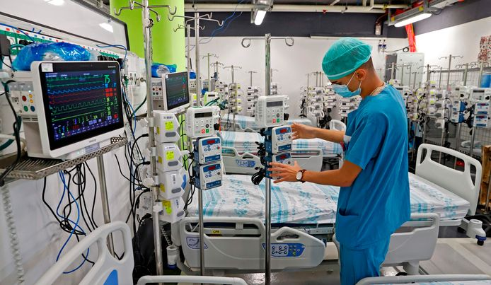 Een verpleger zet bedden en medische apparatuur klaar in een ondergrondse parkeerplaats die wordt omgebouwd tot ziekenhuis in de Israëlische stad Haifa.
