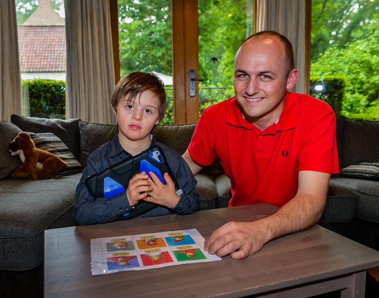 Maxim De Mondt en papa Hans zijn blij dat Campus KaJee een geschikte oplossing bood.