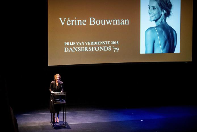 Verine Bouwman krijgt de prijs van verdienste tijdens het Nederlands Balletgala van Stichting Dansersfonds 79 in het Internationaal Theater Amsterdam. Het gala werd dit jaar opgedragen aan Ted Brandsen, artistiek directeur van Het Nationale Ballet, omdat hij erin is geslaagd het dansgezelschap in de internationale top te krijgen.