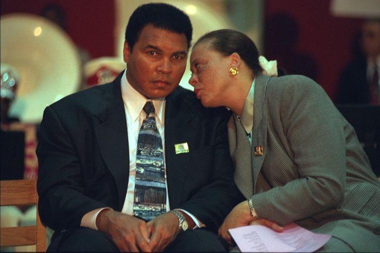 Ali in 1995 met zijn vierde vrouw Yolanda. Beeld Beltmann, Getty