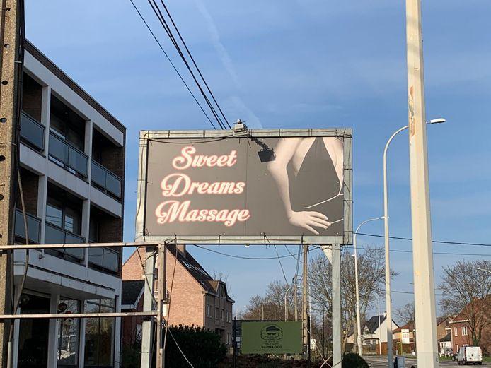 Centraal in het onderzoek staat het massagesalon 'Sweet Dreams' gelegen aan de Halensebaan in Diest en verschillende privé-locaties in Aarschot, waar in precaire werk- en leefomstandigheden, seksuele diensten worden aangeboden.
