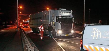 Wegwerkers zijn het helemaal zat en rijden trucker klem die alle rode kruizen negeert op Merwedebrug
