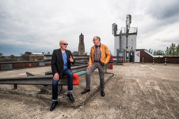 Paul Bolwerk (rechts) en Jac. Toes over de verdwijning van Henk Peters. 10 jaar later.