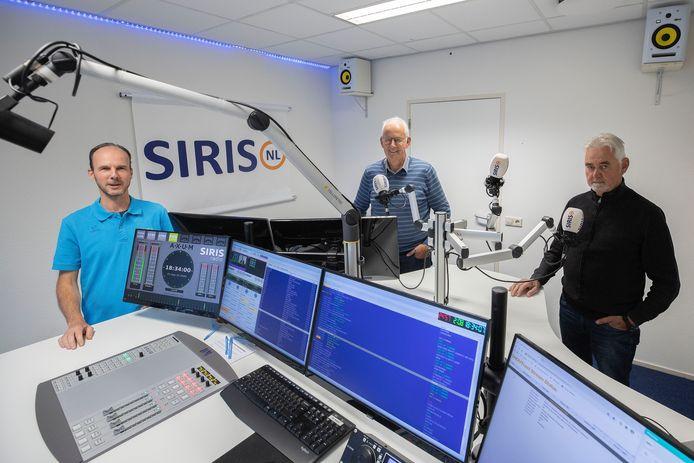 Siris-redacteur Marnix van der Linden (links) met reporters Fons Hasselman (midden) en Gerard Stienen (rechts). Verslaggever Lambert van den Burgt staat niet op de foto.