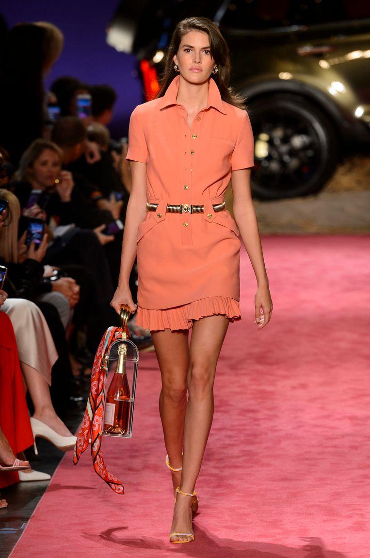 Een handtas in de vorm van een fles rosé. Gezien op de New York Fashion Week bij de lente-zomercollectie 2019 van Brandon Maxwell.