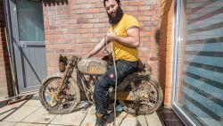 """Magneetvisser Nadim haalt zeldzame Belgische motorfiets uit het kanaal: """"Voor het oud ijzer dacht ik, maar hij blijkt toch nog wat waard te zijn"""""""