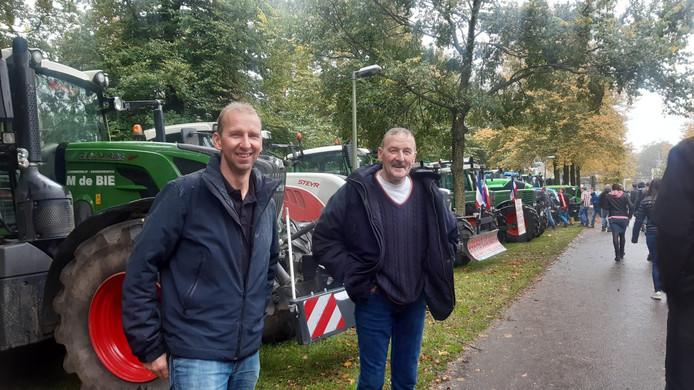 Veehouder Floor de Jong uit Bergambacht (L) met zijn vader in Den Haag na een rit met de tractor van Stolwijk naar de hofstad.