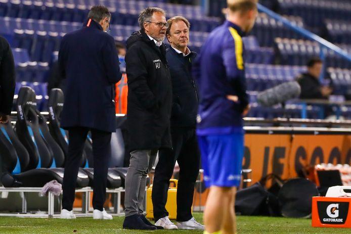 De Graafschap-trainer Mike Snoei (tweede van links) en zijn collega Henk de Jong van Cambuur in gesprek voor de topper.