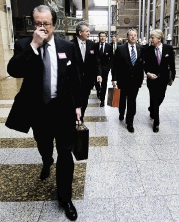 Toplieden van banken en verzekeraars gaven de Tweede Kamer gisteren hun visie op de oorzaken van de kredietcrisis. (FOTO ROBIN UTRECHT, ANP) Beeld ANP