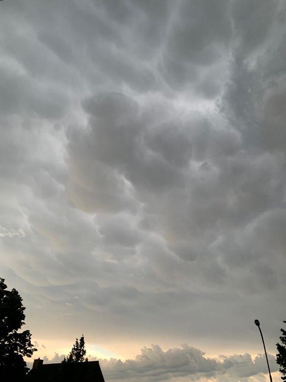 Een beeld van de mammatus clouds, die eveneens te zien waren in Deerlijk.