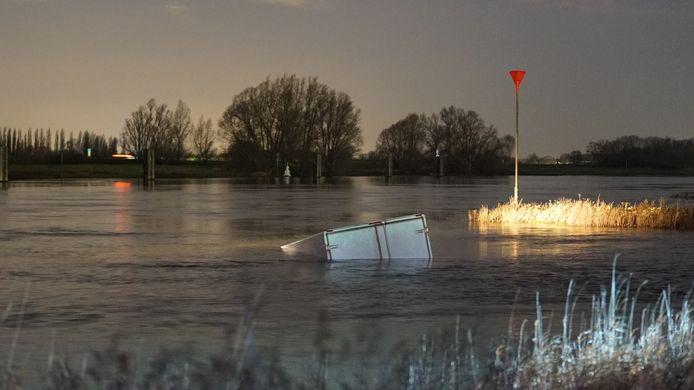 Een klein vrachtwagentje belandde in de IJssel.