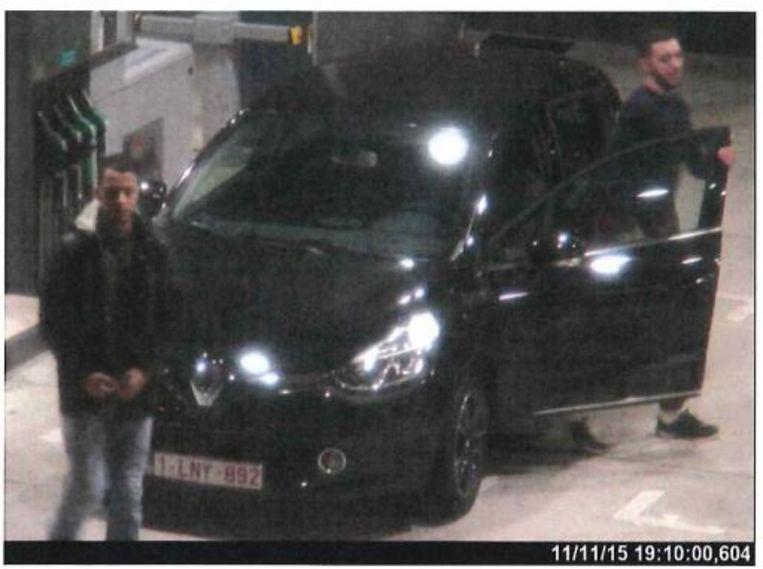 Salah Abdeslam (links) en Mohamed Abrini (rechts) aan de Total in Ressons-sur-Matz, op weg naar Parijs op 11 november 2015. Beeld RV