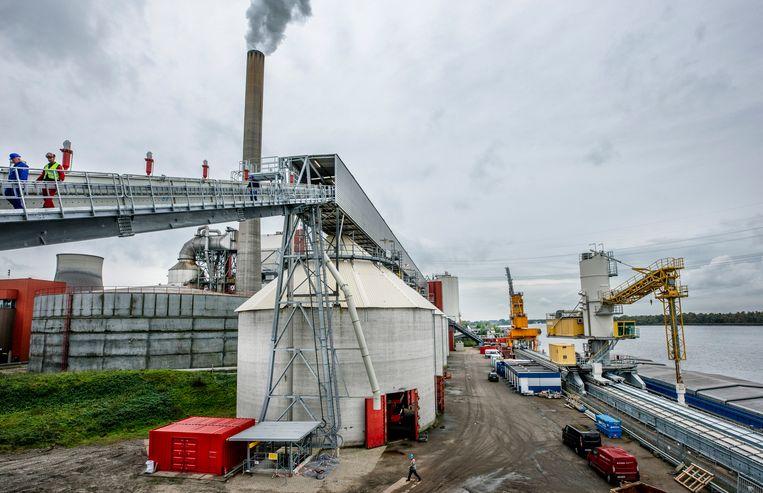 De nieuwe aanvoerbanden en silo voor de opslag van biomassa worden op korte termijn in gebruik genomen bij de Amer Centrale, Geertruidenberg.  Beeld Raymond Rutting