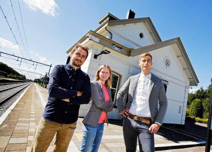 Vlnr: Jort Schoemaker, Aisa Hop  en Wim Hofstede. Zij hebben de leiding over het toeristisch informatiepunt in het oude stationsgebouw.