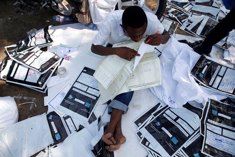 De papieren stembrieven worden handmatig geteld.