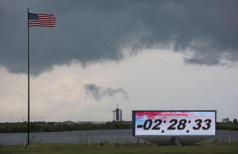Als het weer ditmaal geen roet in het eten gooit, vertrekt de Falcon 9-raket van SpaceX zaterdagavond 21.22 uur Nederlandse tijd op het historische lanceerplatform 39A van Nasa, in Florida.  Beeld AFP