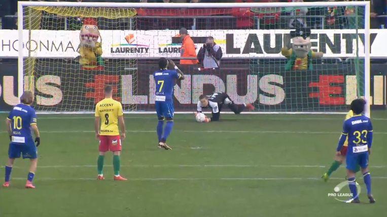 Botaka miste de strafschop pijnlijk.