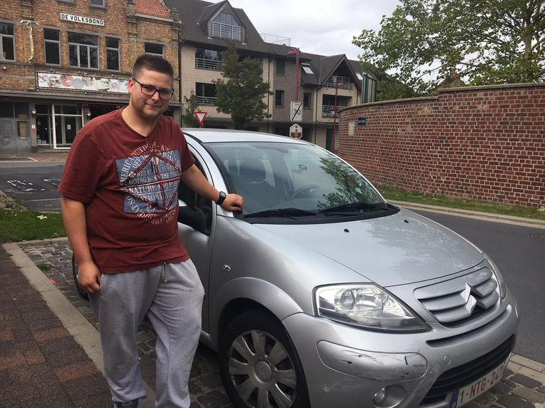 Erno Denturck aan de beschadigde auto van zijn zus.