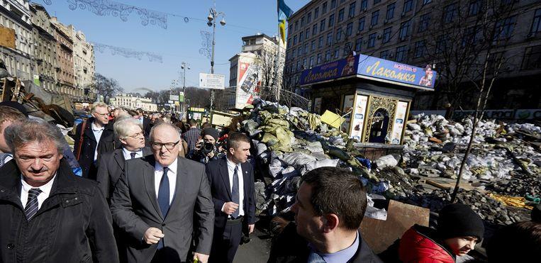 Toenmalig minister Frans Timmermans (V, 2de L) op het Maidan, het onafhankelijkheidsplein, in Kiev in maart 2014. Beeld anp