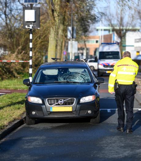 Vrouw geschept door personenauto in Alphen; ernstig gewond