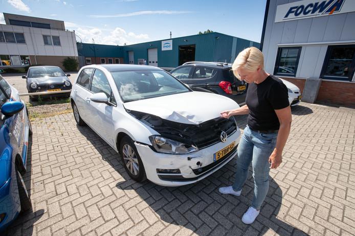 Trees de Boer (57) uit Emmeloord ging met haar gezin van vijf personen op vakantie en liet haar auto achter bij een valet-parkingbedrijf bij Schiphol. Bij terugkomst trof ze haar auto zo aan.