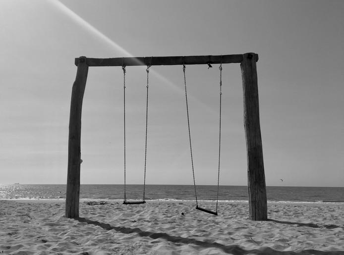 Slapende schommels: Op het strand van Noordwijk. Schommelen, plezier voor jong en oud.
