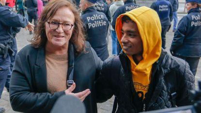 """Mohammad (17) steunt vrijwilligster die terechtstaat voor mensensmokkel in 'proces van de solidariteit': """"Dankzij Anouk heb ik papieren"""""""