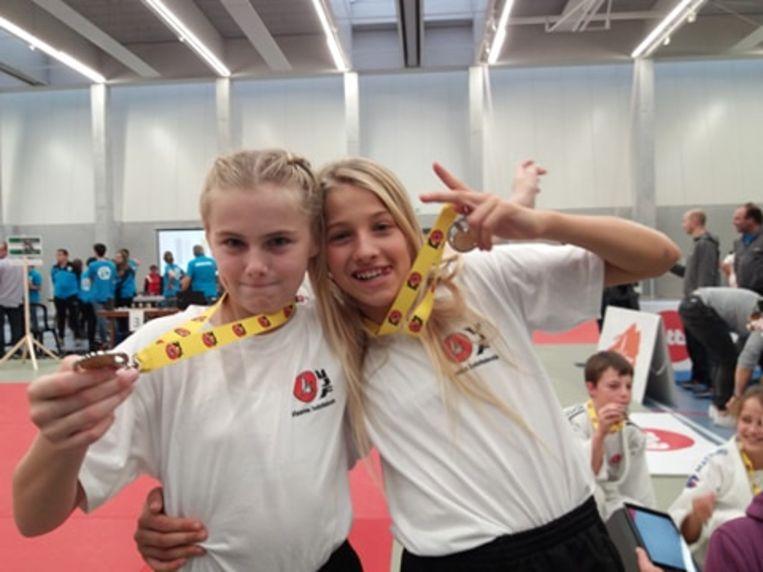 Kaat Geerst en Line Martens vertegenwoordigden Judoclub Nevele tijdens de interprovinciale ontmoeting in de sporthal van Nevele.