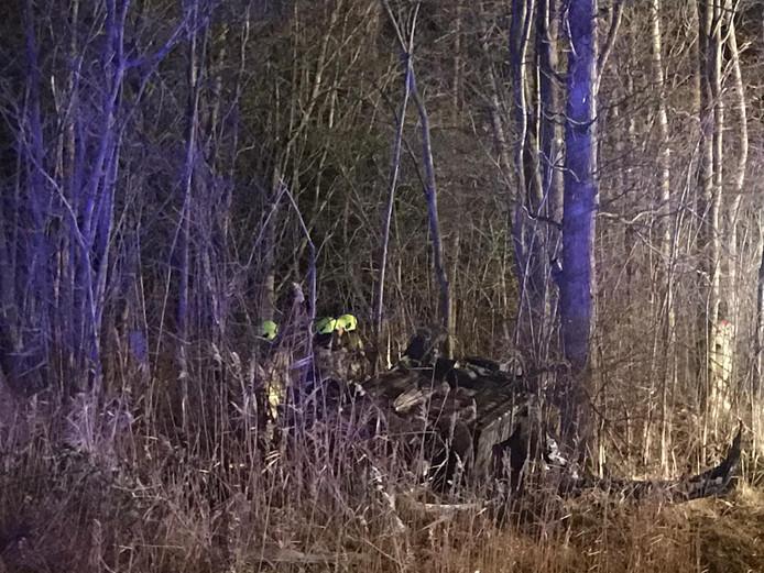 Brandweerlieden zoeken in de vroege morgen van Nieuwjaarsdag in het bos bij de Van Woelderenlaan naar eventuele inzittenden van het wrak van het voertuig dat  over de rotonde met de Bachlaan was gevlogen.