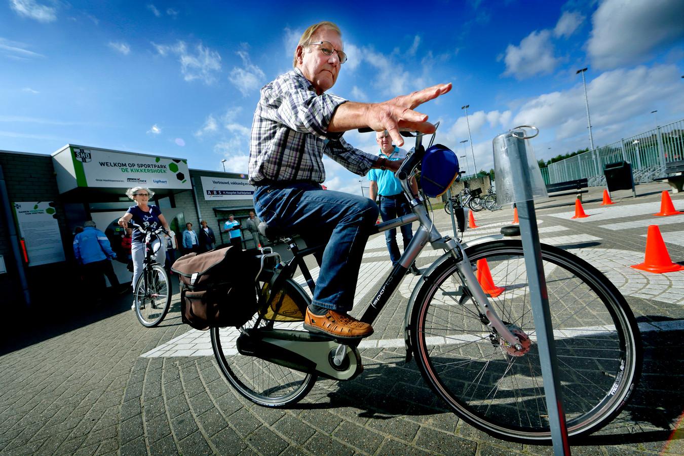 Ouderen kunnen ook in Kampen les krijgen in het omgaan met de e-bike.