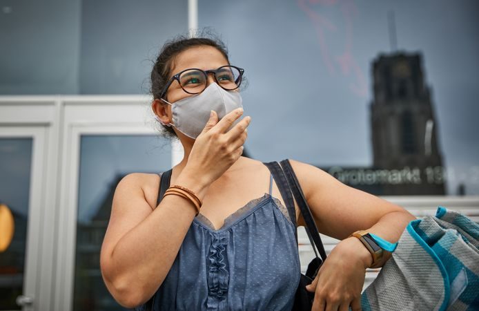 Als het druk is op straat, zet Marisabel die woont boven de Markthal, haar mondkapje op.
