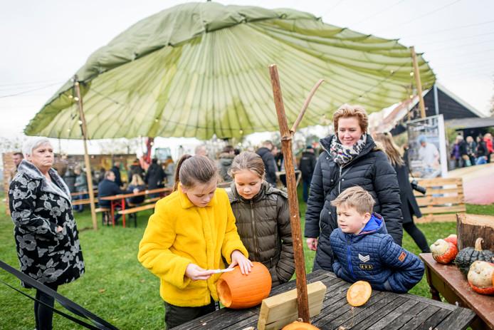 Kinderen konden aan de slag met pompoenen tijdens Puur Platteland, het nieuwe najaarsevenement bij vakantieboerderij Slotman in Eibergen.