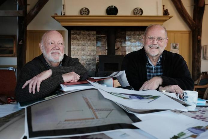 Jaap Schwarz (links) en Paul Kok met alle ordners.