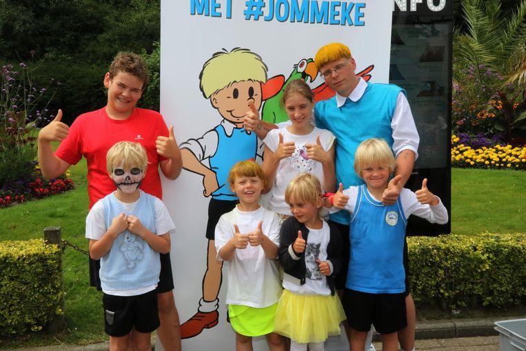 Jommeke-lookalike Hendrik Keirsbilck met zijn familie als Rozemiekes, Jommekes en ook een Filiberke.