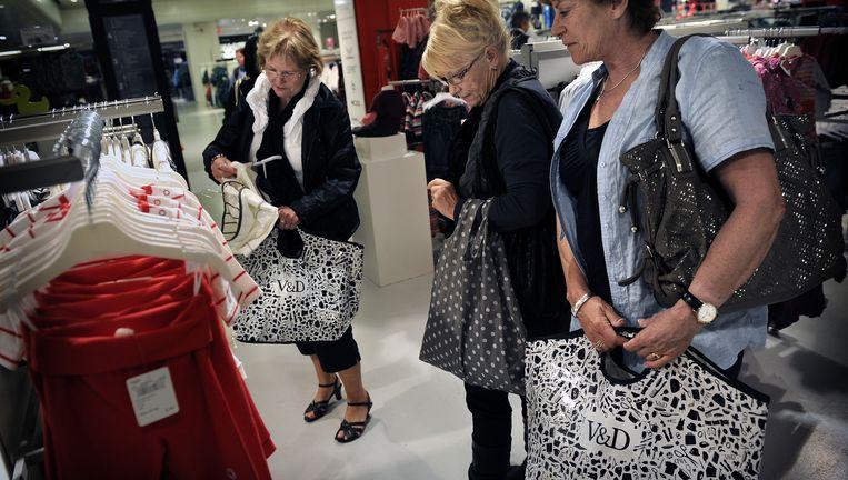 Winkelende vrouwen in warenhuis V&D. Beeld Marcel van den Bergh / de Volkskrant