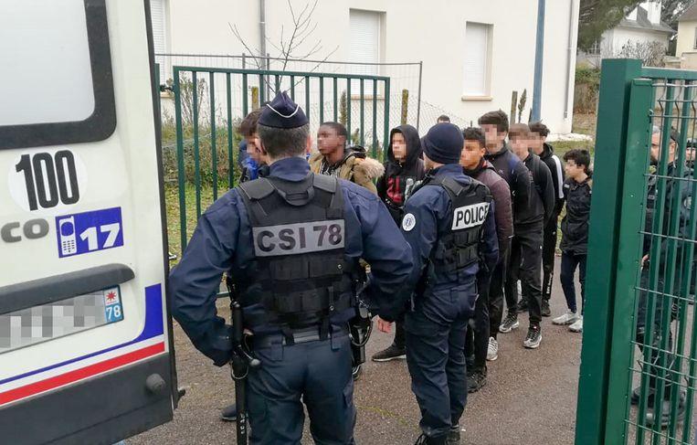 De arrestaties vonden plaats na nieuwe incidenten aan de middelbare school Saint-Exupéry in Mantes-la-Jolie bij Parijs.