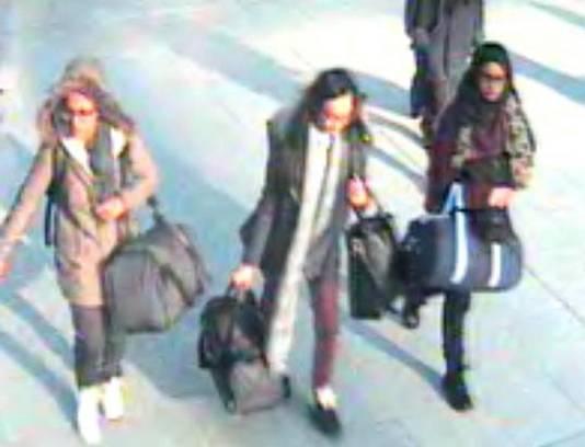 Shamima Begum (à droite), lors de son départ pour la Syrie (aéroport de Gatwick, Londres, février 2015)