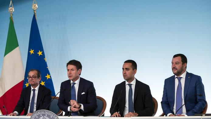 Le ministre des Finances Giovanni Tria, le Premier ministre Giuseppe Conte et les vice-Premiers ministres Luigi Di Maio et Matteo Salvini