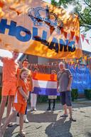 Oranjekoorts in de Tuinstraat te Oss. Op de foto de families van de Ven en van Bakel bij hun versierde woning. Links Rick Verschuren en rechts Tonny van de Ven. Fotograaf: Van Assendelft/Jeroen Appels