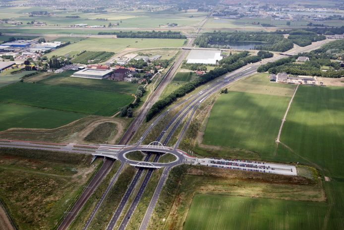 De ovatonde tussen Nijmegen en Ressen. Rechts het transferium waar forensen van de auto kunnen overstappen op de pendelbus naar de stad.