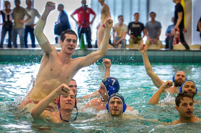 Het Ravijn viert het behalen van de finale na afloop van de wedstrijd tegen ZPC Amersfoort.