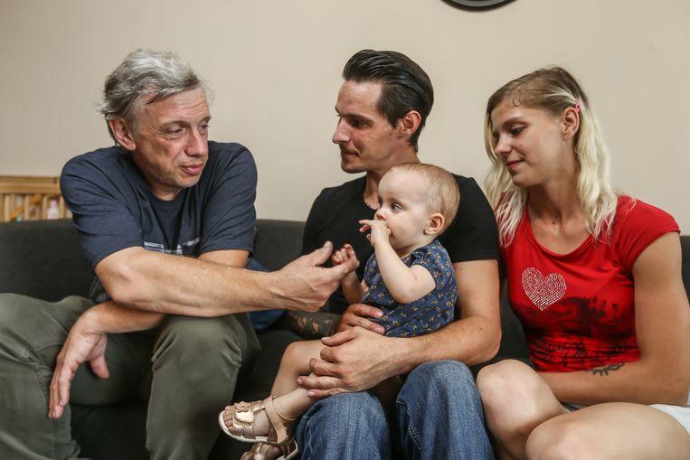 Bailey van Asch op de schoot van haar papa Dimitri en mama Cindy kijkt naar haar redder Ludo Bleyweert,