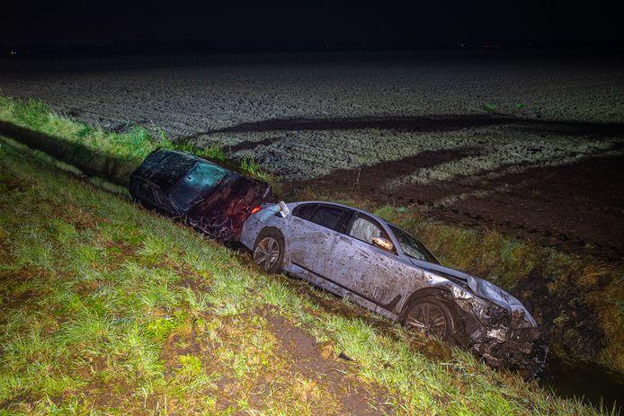 Na de botsing op de N307 kwamen de auto's in de sloot terecht.